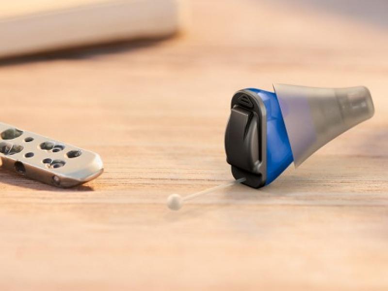 Appareil auditif miniature et surdité, réglage à distance possible